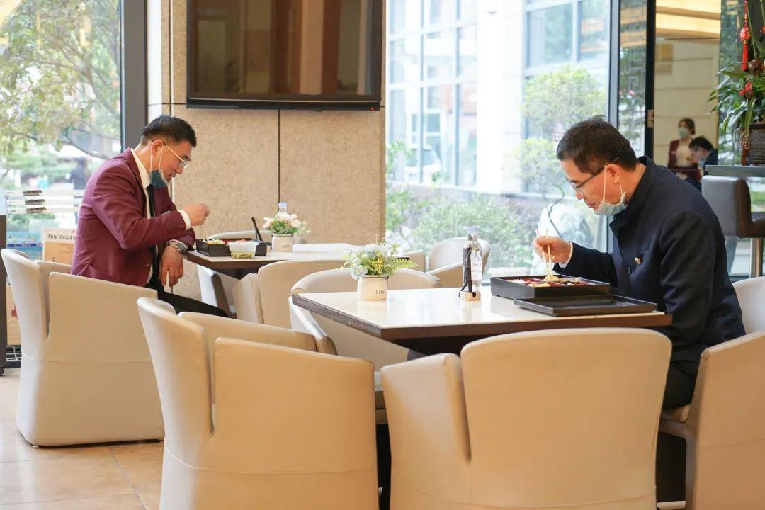 王克会长与企业领导隔桌就餐
